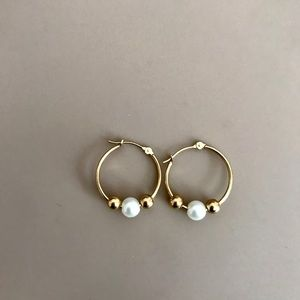 14k gold hoop earring with pearls.